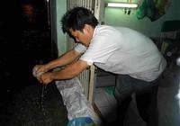 Người dân trắng đêm canh nước tràn vào nhà