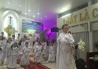 Đàm Vĩnh Hưng mặc áo dòng hát ở nhà thờ