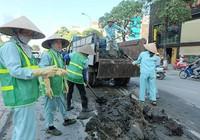 Ùn tắc kéo dài do bùn đất đổ trên đường