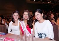 Hoa hậu Phạm Hương giới thiệu mẹ và tiệc chia tay để đi thi sắc đẹp