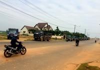 Dân bức xúc chặn đoàn xe chở đất gây bụi ngập trời