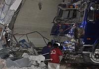 Xe tải mất lái lao vào nhà dân, 3 người bị thương
