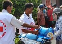 Hội Chữ thập đỏ cứu trợ nước uống cho người dân Bến Tre