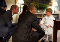 Ngộ nghĩnh hoàng tử bé nước Anh mặc áo ngủ đón Tổng thống Mỹ