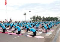 Hàng trăm người tập Yoga giữa biển Nha Trang