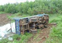 Xe tải mất lái lao xuống ruộng