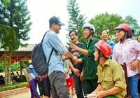 Hình ảnh MC Phan Anh cứu trợ bà con miền Trung