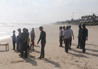 Lật ghe thúng, 2 ngư dân rơi xuống biển