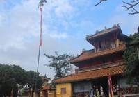Dựng cây nêu đón tết tại hoàng cung Huế