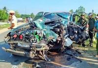Đầu xe Land Cruiser bẹp dúm sau cú tông của xe tải