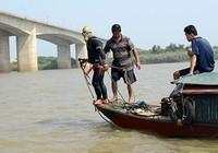 Huy động 12 thợ lặn tìm xác chị Huyền