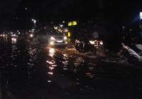 TP.HCM: Mưa lớn, đường ngập nặng