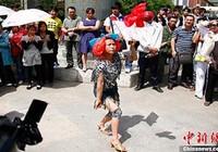 Thiếu nữ khỏa thân tung tú cầu tìm chồng