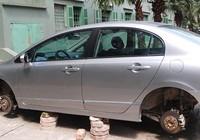 Honda Civic bị tháo trộm cả 4 bánh