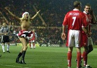 10 vụ CĐV khỏa thân xông vào sân nổi tiếng của bóng đá Anh