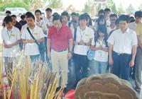 Thanh niên Việt kiều dâng hương tại các nghĩa trang, di tích