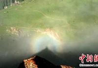 """""""Phật quang"""" xuất hiện trên đỉnh núi ở Tân Cương"""