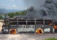 Cháy xe khách, 35 hành khách hoảng loạn