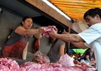 Người nuôi heo bán rẻ, người ăn thịt mua đắt