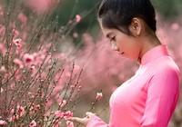 Thiếu nữ e ấp bên vườn đào