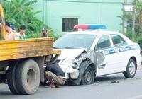 Tài xế ngủ gật tông nát ôtô của CSGT