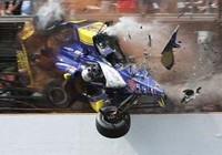 Xe đua vỡ tan sau pha va chạm kinh hoàng