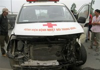 Xe cứu thương nổ lốp trên Đại lộ Thăng Long, 2 bố con tử nạn