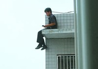 Ngồi vắt vẻo trên lan can tầng 28 để dọa, đòi vợ về quê