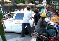 Taxi rơi 2 bánh khi đang chạy