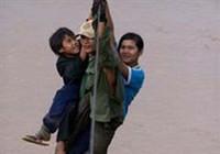 Học sinh vượt sông dữ bằng cách đu trên dây cáp