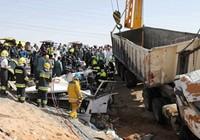 Xe bê tông lao vào xe buýt, 22 người thiệt mạng