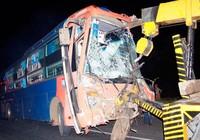 Xe khách tông xe container, sáu người nhập viện