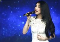 """Hoa hậu Thùy Lâm """"bế bụng"""" lên sân khấu"""