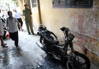 Xe Novo để trong ngõ bốc cháy rồi phát ra tiếng nổ
