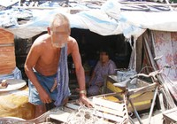 Cha mẹ già bị ngược đãi - Bài 2: Vợ chồng già sống ở lề đường