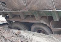 """Xe tải lật nghiêng vì """"trúng bẫy"""" đào đường"""