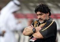 HLV Maradona chạy lên khán đài giải cứu bạn gái