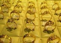 Giá vàng vượt qua mốc 44 triệu đồng/lượng