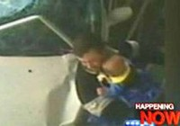 Hai bố con thoát chết thần kỳ khi bị xe đâm