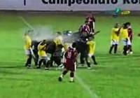 Cảnh sát hành xử dã man với cầu thủ