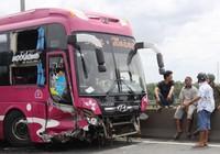 Xe khách va thành cầu Mỹ Thuận, một người chết