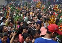Đi lễ chùa Bà: Ngất xỉu vì khói hương, kẹt xe