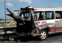 Xe container húc xe khách, bốn người trọng thương
