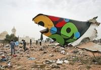 Ảnh máy bay chở 104 người vỡ tan, một em bé sống sót