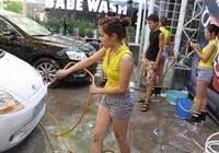 Chân dài váy ngắn rửa xế hộp