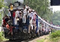 Ấn Độ: Cấm ngồi trên nóc tàu hỏa