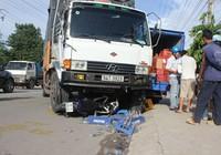 Xe tải gây tai nạn liên hoàn, hai chú cháu suýt chết