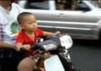 """Clip """"bé trai lái xe máy chở bố"""" xôn xao cộng đồng mạng"""