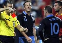 Hodgson lo Rooney sẽ lại nhận thẻ đỏ ở Montenegro