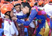 TP.HCM: Khảo sát tình trạng trẻ tiểu học không đội mũ bảo hiểm